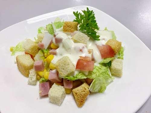 салат с ветчиной и сухариками и капустой