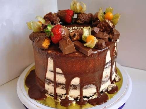 Фото украшения торта сникерс